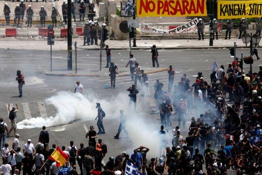 La policía dispersa con gases lacrimógenos a los manifestantes en la puerta del Parlamento. Foto: AP
