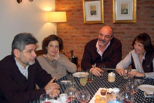 El candidato del Frente para la Victoria almorzó con su familia, Carlos Tomada y su esposa. Foto: lanacion.com / Gentileza Prensa Filmus