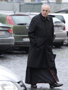 Bergoglio a su llegada a la congregación de cardenales preparatoria del cónclave. Foto: Archivo