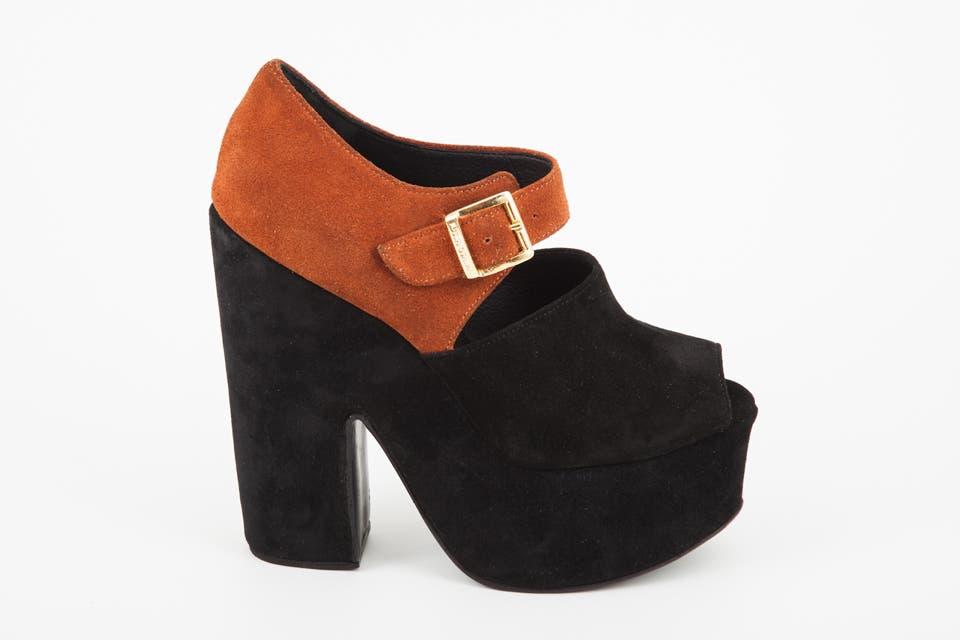 Zapato plataforma con hebilla negra y naranja (Justa Osadía, $1350).