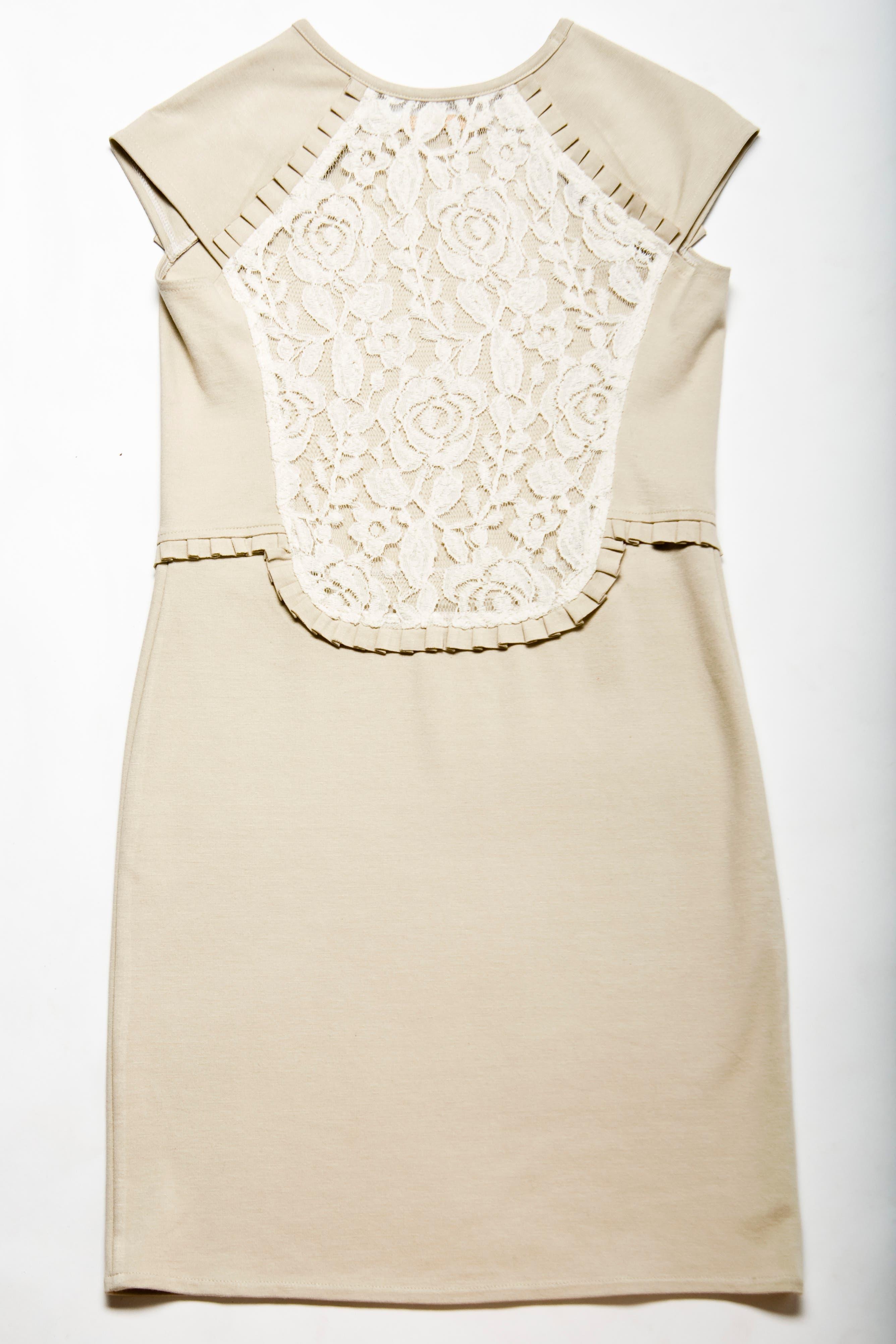 Vestido blanco de encaje (Orgullosa María, $690).