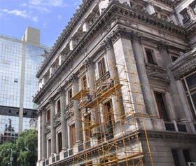 Trabajos de restauración en la fachada del edificio