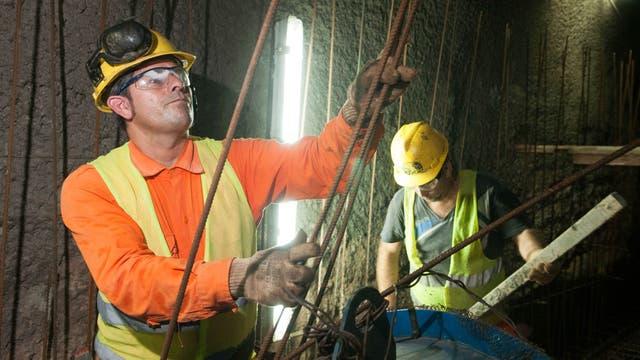 Hugo Gramajo (izq) y Alfredo Gómez (der) en la construcción de un túnel