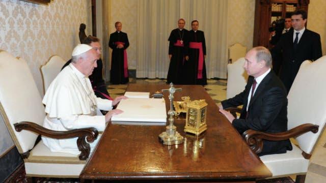 Un Papa serio frente al líder ruso Vladimir Putin. Foto: Archivo