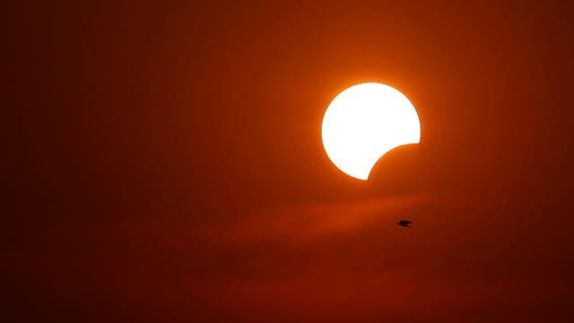 El cielo, en medio del eclipse, teñido de rojo. Foto: AP