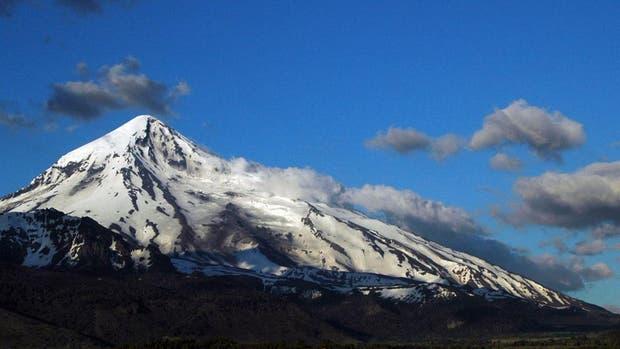 Elevan a amarilla el alerta por actividades sísmicas en el volcán Lanin y se reúnen comités de emergencia