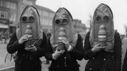 Reino Unido realizó simulacros de lanzamiento de gas lacrimógeno con sus ciudadanos en 1941, durante la Segunda Guerra Mundial.