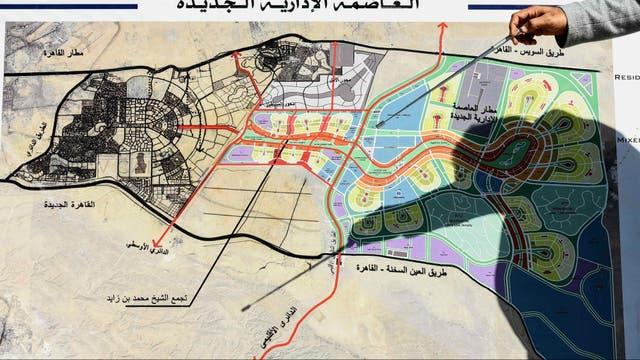 Un funcionario egipcio muestra con un puntero el mapa de la futura ciudad