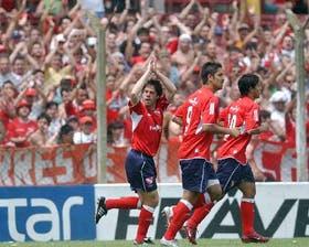 El idilio continúa: Pusineri le devuelve el afecto a la gente después de su gol, el primero de Independiente; lo acompañan Bustos Montoya y Agüero; los Rojos siguen invictos en Avellaneda