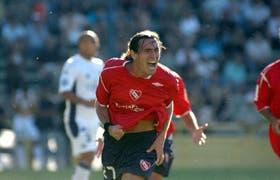 Eduardo Domínguez en una tarde feliz: grita su gol, el primero de los Rojos