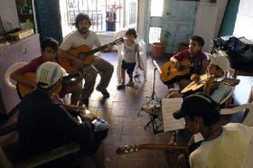 El taller de guitarra, uno de los espacios de la Casa Rafael en el que se trabajan las potencias de cada chico