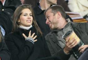 El multimillonario Abramovich junto a su novia, la modelo Daria Zhukova, en un partido de fútbol