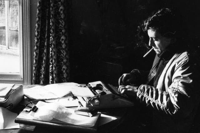 Diego Pérez Andrade, trabajando en la casa que alquiló en Malvinas durante la guerra