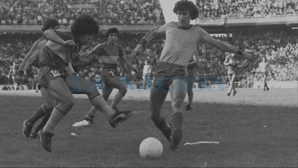 9-8-1981: encara al Patón Bauza en un partido contra Rosario Central. Foto: LA NACION