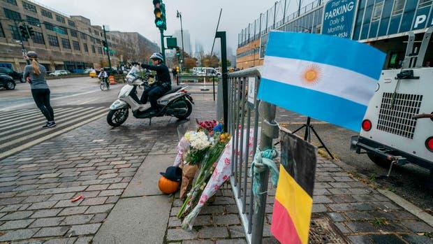 La bandera Argentina en el altar conmemorativo en West Street, Nueva York