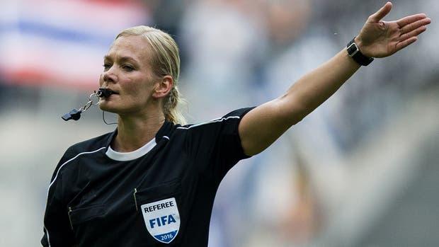 La Bundesliga pone a prueba a la primera mujer en el arbitraje