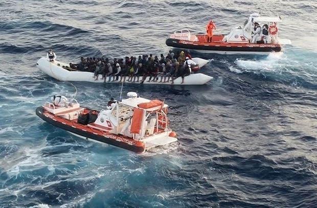 Miles de migrantes se lanzan cada día al Mediterráneo en embarcaciones precarias