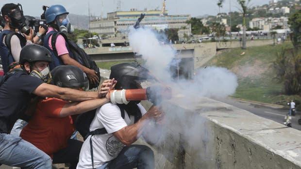 Manifestantes opositores se enfrentaron ayer a la policía en la capital