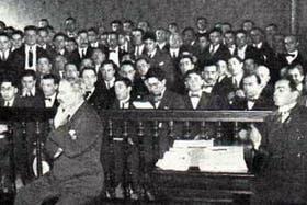 Mateo Banks se toma el mentón durante el juicio en julio de 1924; a su lado, su abogado, el Dr. Larraín