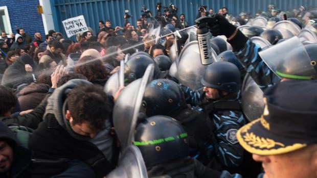 Enfrentamiento entre la policía y los trabajadores que resistían el desalojo, el jueves pasado