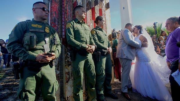 Desafían 'al muro' y se declaran su amor en matrimonio