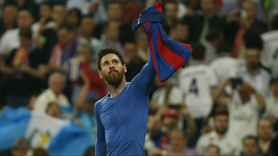 El presidente del Real Madrid tuvo una reunión con el argentino en un jet privado en la que le ofreció sumarse a la casa blanca, según Der Spiegel. En la imagen, Messi festeja su gol 500 precisamente ante Real Madrid en el Bernabéu