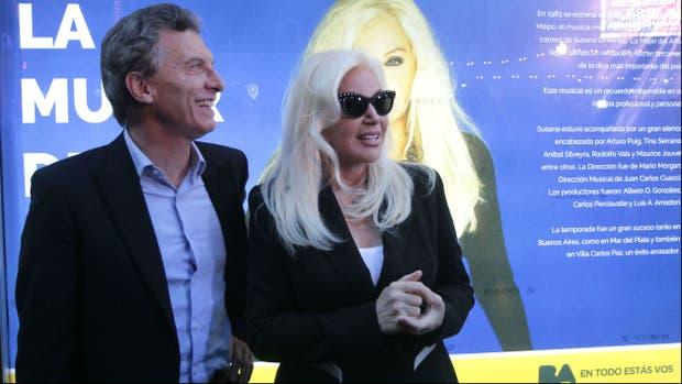 Macri saludó a Susana junto a la marquesina ubicada en la Avenida Corrientes, que recuerda la exitosa obra La Mujer del Año que la actriz protagonizó en 1983