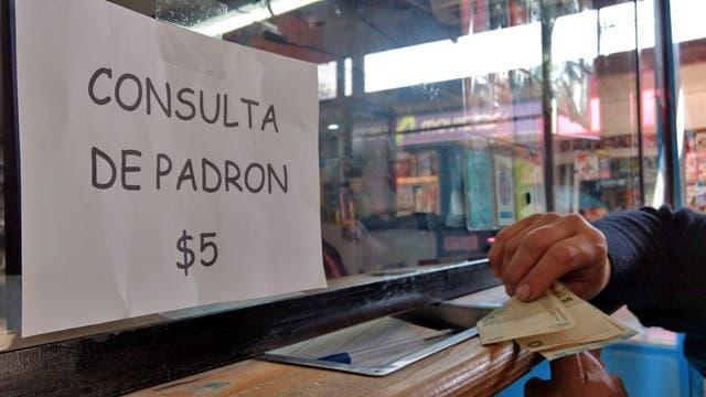 Un locutorio cobra $5 para consultar el padrón en Zonda y El Aljibe, Florencio Varela. Foto: LA NACION / Fabián Marelli