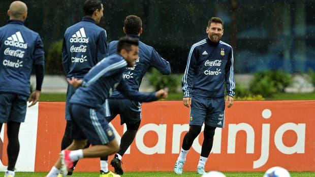 """Messi observa al Laucha Acosta, su """"reemplazante"""""""