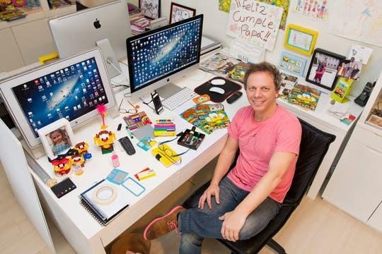 El escritorio donde trabaja. Foto: LA NACION / Alejandro Di Ciocchis