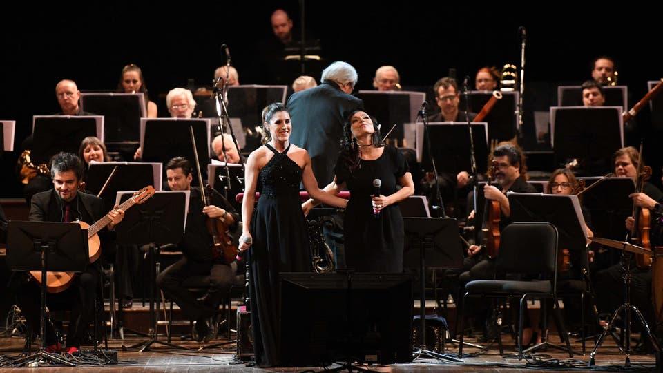 Un elenco con figuras de la música contemporánea argentina y chilena, como Soledad Pastorutti y la Javiera Parra, comparten el escenario del Teatro Colón, junto a la Orquesta Filarmónica de Buenos Aires. Foto: Télam