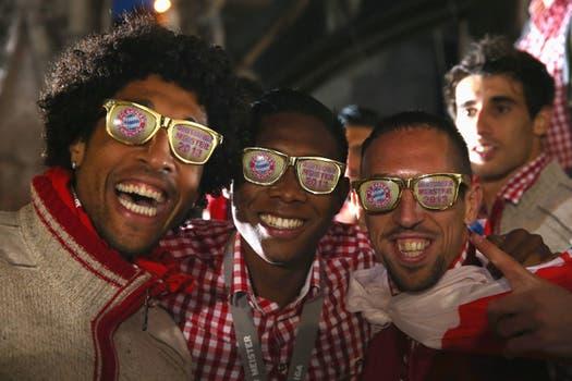 Dante, David Alaba y Franck Ribery, con anteojos especiales.
