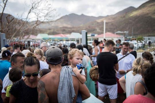 En la entrada del aeropuerto de Saint-Martin la gente se aprestaba para evacuar. Foto: AFP