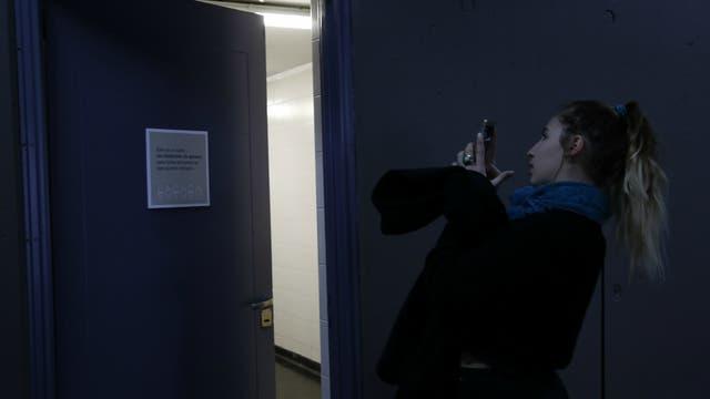 Una estudiante le saca una foto al baño mixto de la FADU