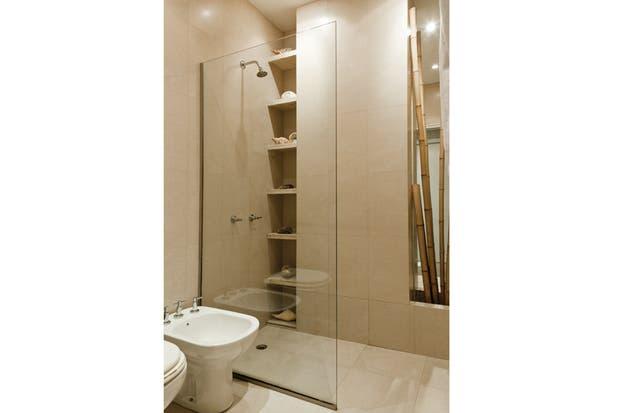 El baño en suite con revestimiento Palazzo Ducale de San Lorenzo (SBG). Toallero (Claudia Adorno), espejo (María Gándara Muebles) y mueble antiguo del mercado de pulgas de Dorrego restaurado por María..
