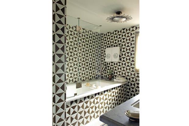 Podés jugar con el diseño del revestimiento en el baño. Foto: vtinteriors.blogspot.com.au.