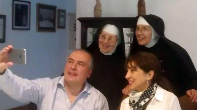 José López junto a su esposa y las monjas