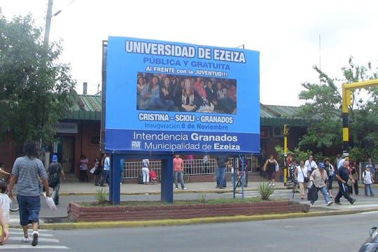 En pleno centro de Ezeiza, frente a la estación, carteles promocionan las obras públicas. Foto: LA NACION / Natalia Pecoraro