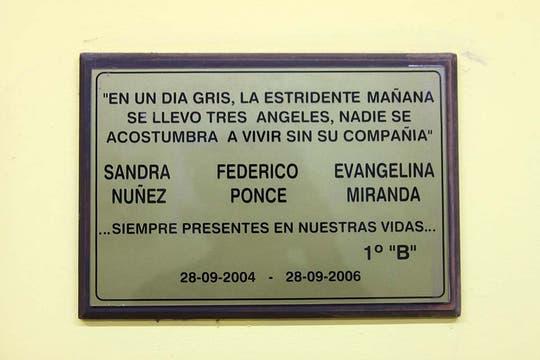 Una placa conmemorativa de las víctimas, en la pared de lo que era el aula de la tragedia. Foto: LA NACION / Matías Aimar