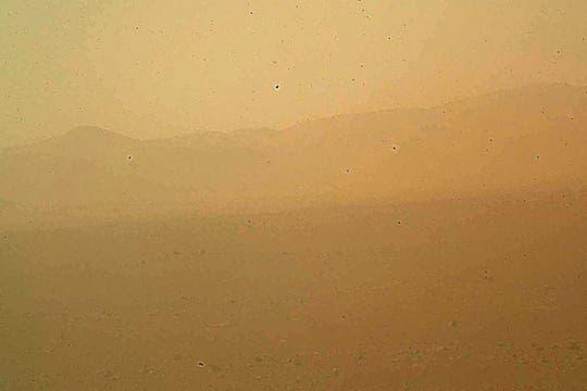 Antes, el vehículo robot había enviado esta fotografía de baja resolución con tonos rojizos. Foto: NASA