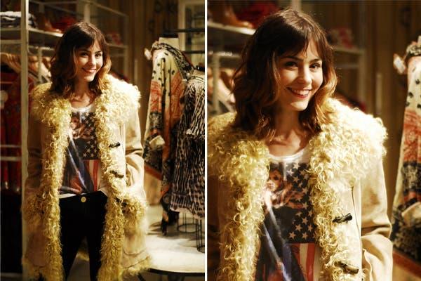 ¿Te pondrías este abrigo? Paula Reca se lo probó en el local de Rapsodia y quedó encantada. Foto: Gentileza Rapsodia