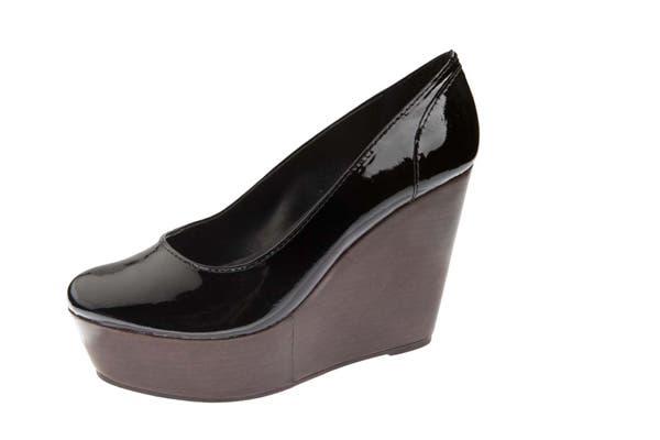 Estos zapatos de charol con plataforma son ideales para una fiesta. Cuestan $782 en Carla Danelli. Foto: Gentileza www.dafiti.com.ar