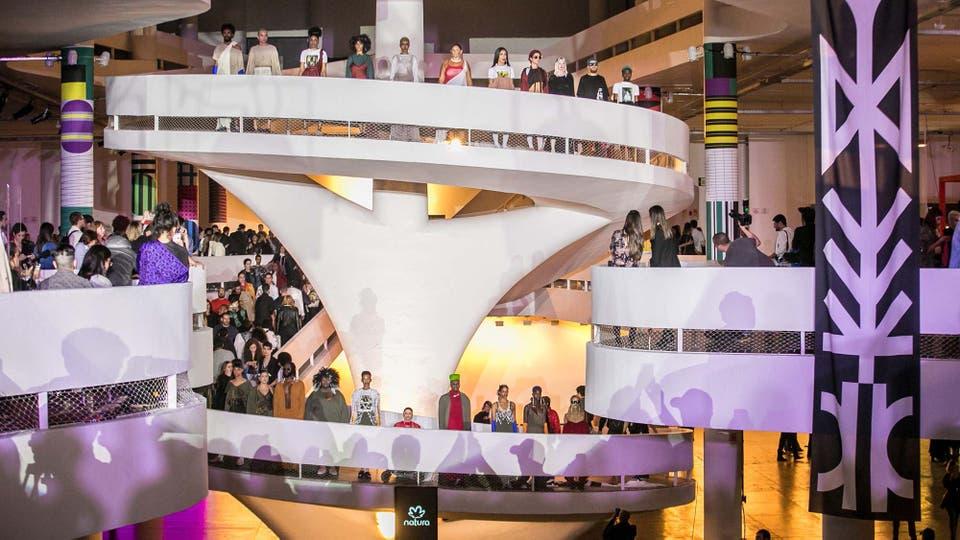 El desfile de cierre realizado por la firma Natura contó con la participación de modelos reales que mostraron indumentaria a la par del público que deambulaba por el edificio de la Bienal.