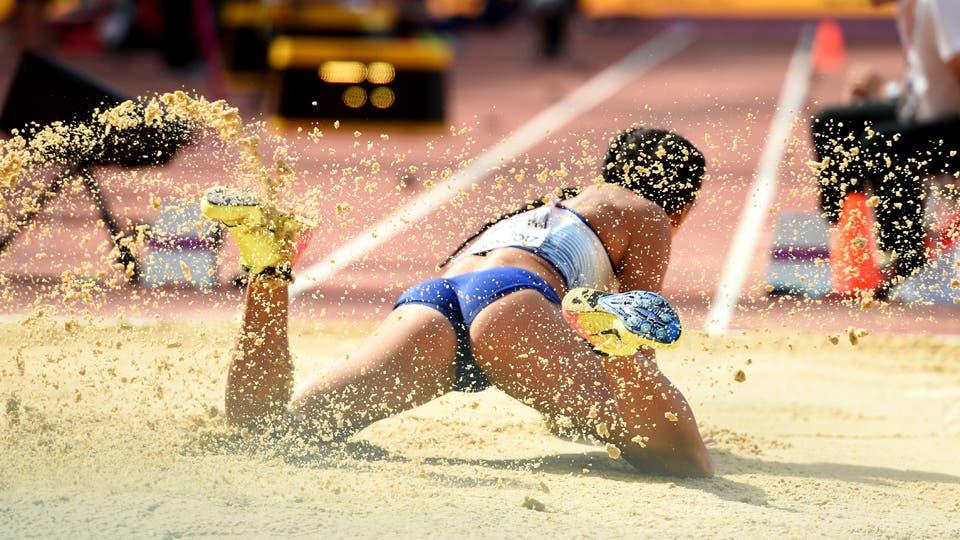 La británica Katarina Johnson-Thompson en acción durante la prueba de salto en largo que forma del heptatlón. Foto: Reuters