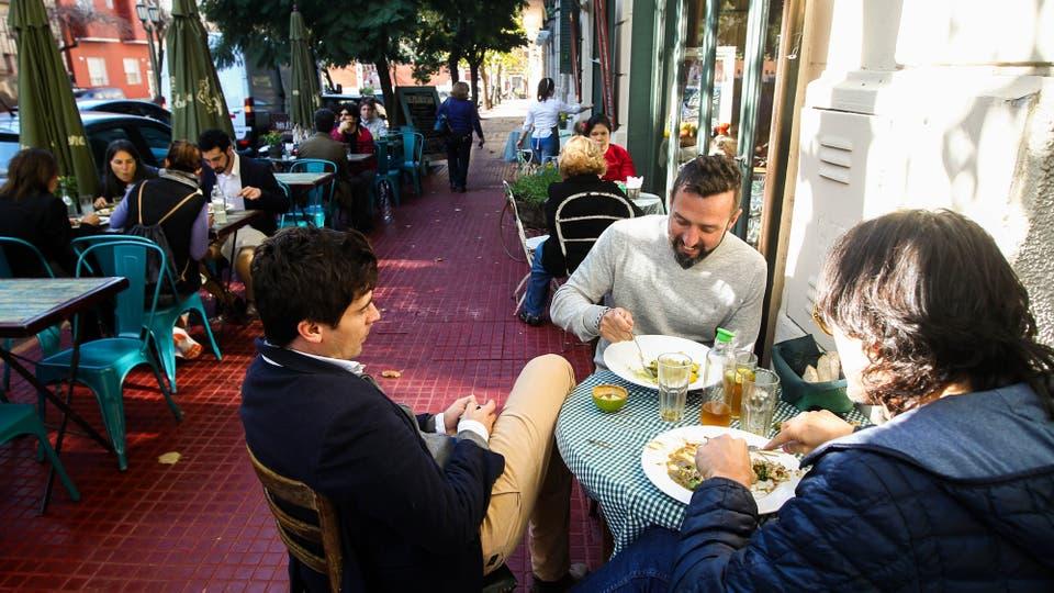 En la zona hay varios lugares para comer y disfrutar del aire libre. Foto: LA NACION / Mauro Alfieri