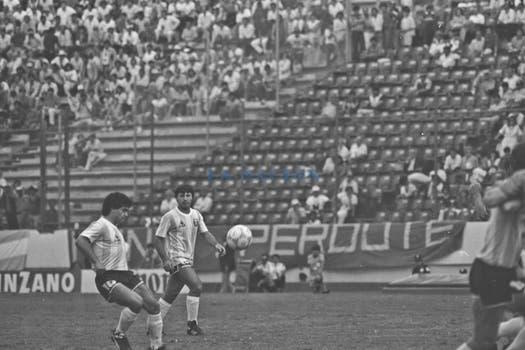 Maradona y Olarticoechea. Foto: LA NACION / Antonio Montano