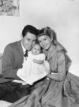 1957 Eddie Fisher y Debbie Reynolds cargando a su hija, Carrie Frances Fisher, en Hollywood, Los Angeles. Foto: AP