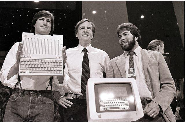 Steve Jobs, John Sculley y Steve Wozniak en 1984, con una Apple IIc