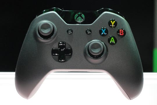 Así es el nuevo gamepad inalámbrico de la Microsoft Xbox One. Foto: AFP