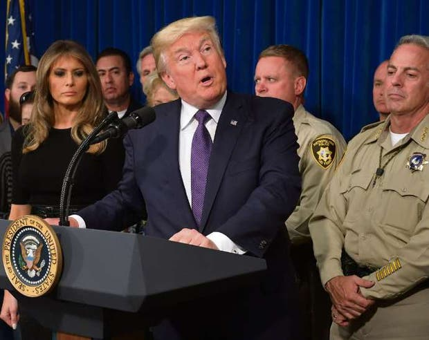 Melania, Trump y el jefe policial de Las Vegas, ayer, en conferencia de prensa